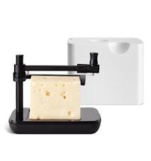Juustorasia juustohöylällä valkoinen